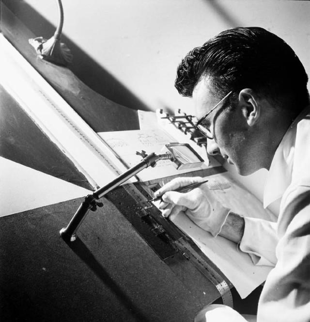 Norman_McLaren_drawing_on_film_-_1944
